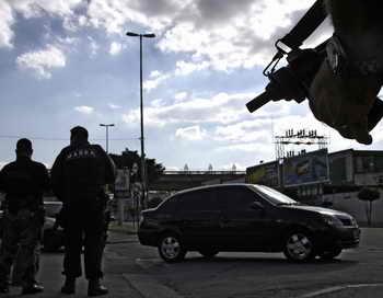 Из бразильской тюрьмы сбежали 60 несовершеннолетних узников. Операция по задержанию преступников продолжается, некоторые районы города Сан-Паулу оцеплены. Фото: MAURICIO LIMA/AFP/Getty Images