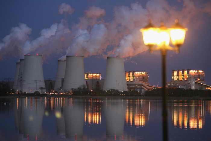Выбросы человечеством углекислого газа в атмосферу составляют миллиарды тонн ежегодно. Учёные Нидерландов хотят не только найти альтернативный источник энергии, а заодно эффективно уменьшить загрязнение атмосферы. Фото: Sean Gallup/Getty Images