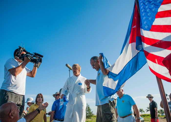 Спортсменка из США Дайана Найад впервые в мире переплыла Флоридский пролив без специальной клетки, защищающей от акул. Фото: YAMIL LAGE/AFP/Getty Images