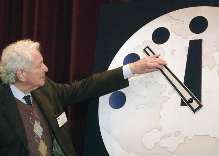 «Часы судного дня» (Doomsday Clock) были созданы американскими физиками-ядерщиками в 1947-м, они показывают время до «полуночи» — всемирной ядерной катастрофы. Фото: Tim Boyle/Getty Images