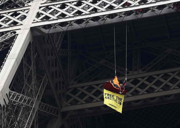 Французский активист Greenpeace сегодня провёл на Эйфелевой башне акцию протеста против задержания российскими властями 30 экологов и их корабля. Фото: THOMAS SAMSON/AFP/Getty Images