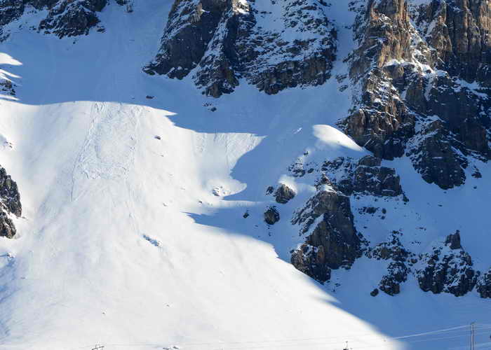 Сход лавины в горах. Фото: JEAN-PIERRE CLATOT/AFP/Getty Images