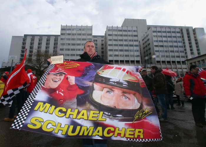 Болельщики Шумахера собрались у стен больницы в день его рождения. Фото: Alex Grimm/Bongarts/Getty Images