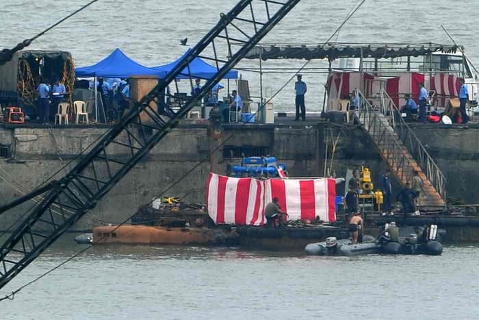 Причины взрыва лодки в порту Мумбаи пока точно не установлены. Однако среди версий есть одна наиболее вероятная: взрыв на лодке мог произойти из-за совмещения двух операций, которые одновременно производить строго запрещено, так как это может привести к взрыву водорода. Фото: INDRANIL MUKHERJEE/AFP/Getty Images
