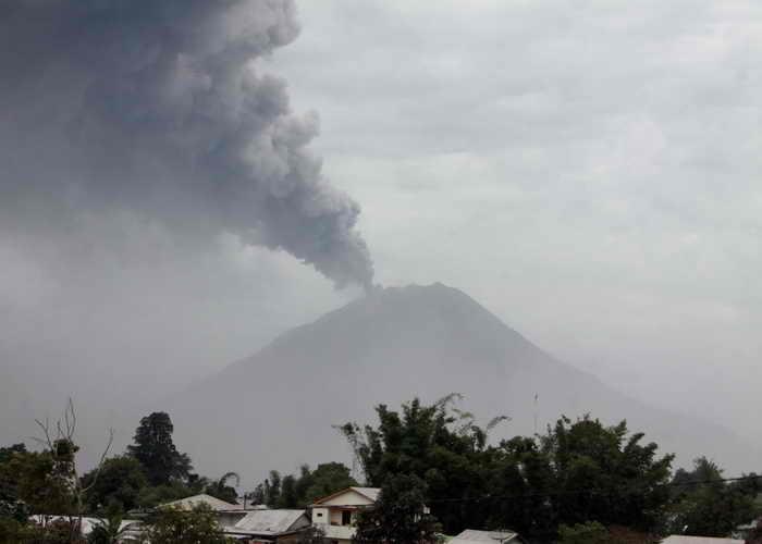Самый высокий в Индонезии вулкан вновь проснулся и выбросил вулканический пепел. Фото: KHARISMA TARIGAN/AFP/Getty Images