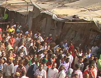 Найроби. Жилища местных жителей, сооружённые вдоль железной дороги. Фото: Stringer/AFP/Getty Images