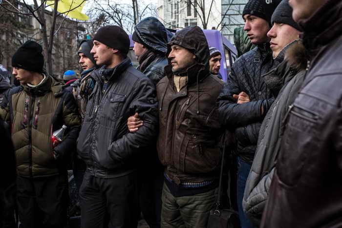 Более 500 активистов Евромайдана пикетировали здание МВД. Фото: Brendan Hoffman/Getty Images