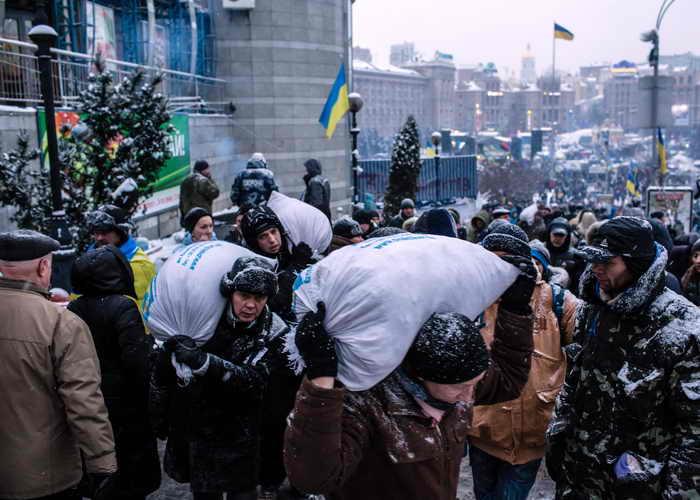 На Майдане Незалежности восстанавливают баррикады. Фото: Brendan Hoffman/Getty Images