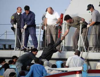 ВМС Италии спасли у берегов Сицилии более 300 беженцев. Мужчины, женщины и дети были доставлены на остров Лампедуза и в город Сиракузы на Сицилии. Фото: Marco Di Lauro/Getty Images