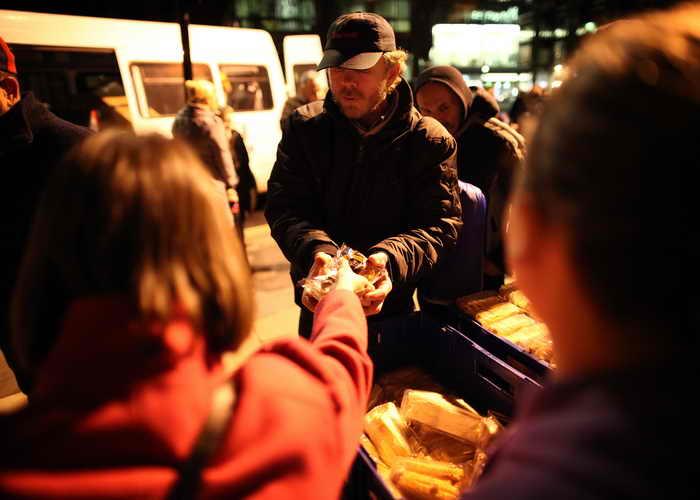 Представители Красного Креста намерены раздавать пищу британским бездомным. Обездоленные нищие всё чаще просят помощи в различных благотворительных организациях. Фото: Peter Macdiarmid/Getty Images