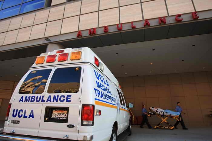 На набережной в Лос-Анджелесе водитель намеренно наезжал на людей. Пострадало 12 человек, они получили травмы разной степени тяжести, 10  человек госпитализированы, один из них умер в больнице, один находится в критическом состоянии, двое — в тяжёлом. Фото: David McNew/Getty Images