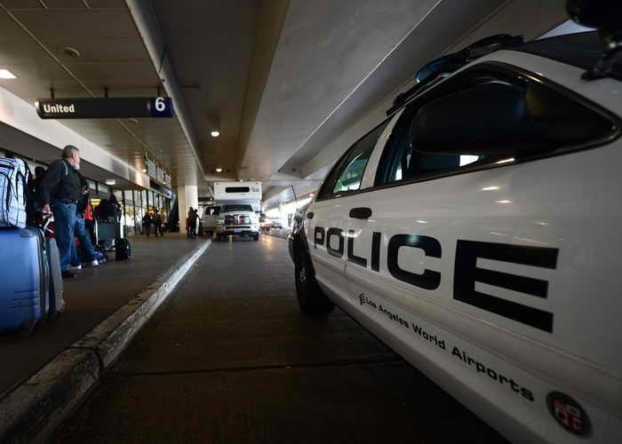 Аэропорт в Лос-Анджелесе был закрыт из-за взрыва бутылки. Фото: FREDERIC J. BROWN/AFP/Getty Images (Аэропорт)