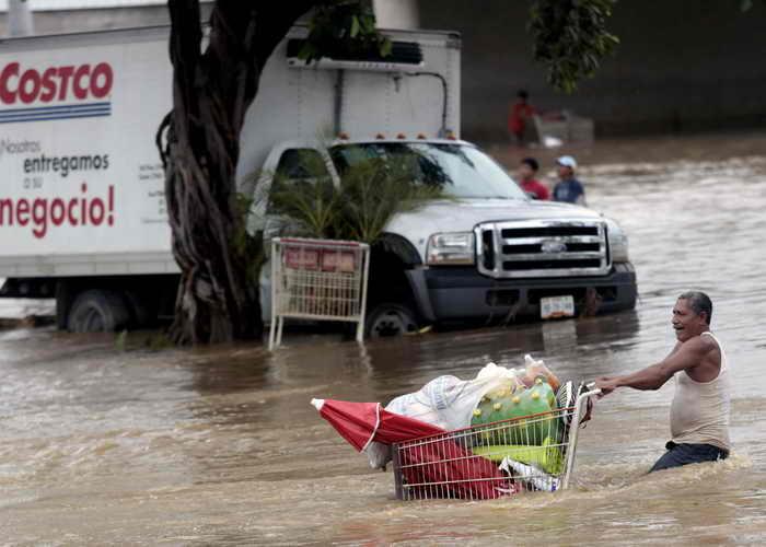 Более 1,6 миллиона человек пострадали от недавних ураганов в Мексике. Ураганы «Ингрид» и «Мануэль», возможно, являются одними из самых дорогостоящих стихийных бедствий в истории страны. Фото: Pedro PARDO/AFP/Getty Images