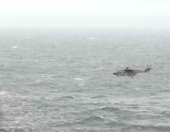 Из-за шторма экипаж датского судна не смогли эвакуировать.  Вертолёты, отправленные для их эвакуации, не смогли её осуществить из-за плохих погодных условий. Фото: ALAIN MONOT/AFP/Getty Images