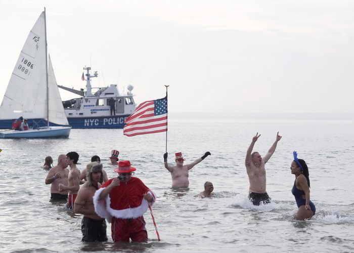 Тысячи американских «моржей» участвовали в новогоднем заплыве. Фото: Brian Harkin/Getty Images