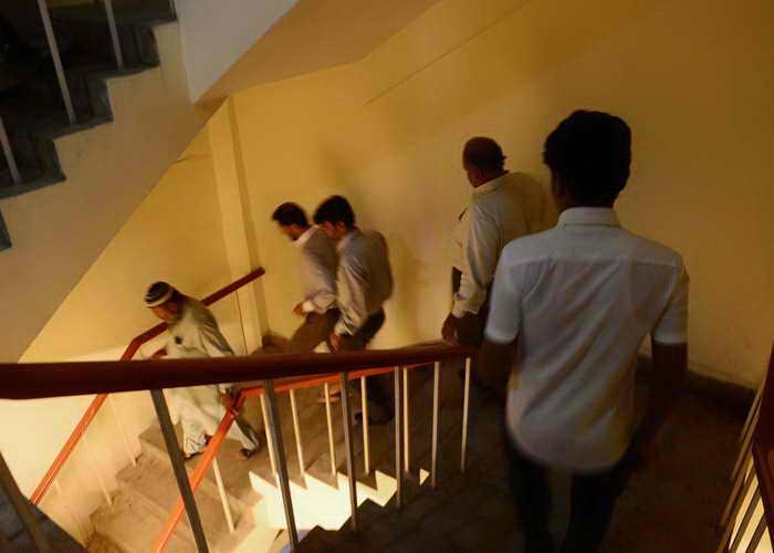Сильное землетрясение произошло в Пакистане. Служащие покидают офисное здание. Фото: RIZWAN TABASSUM/AFP/Getty Images