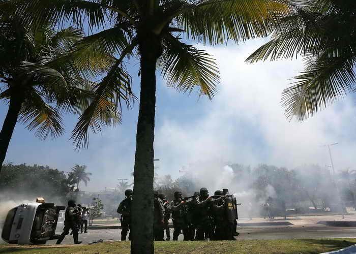 Ожесточенные столкновения между демонстрантами и полицией произошли во время проведения аукциона по продаже лицензии на разработку залежей нефти в Бразилии. Фото: Mario Tama/Getty Images