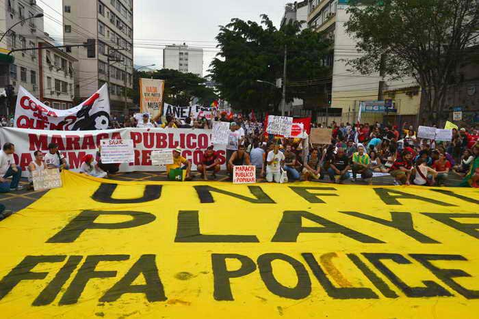 Протестные выступления в Бразилии не прекращаются, 1 июля в Рио-де-Жанейро вновь произошли столкновения демонстрантов с полицией. Фото: YASUYOSHI CHIBA/AFP/Getty Images