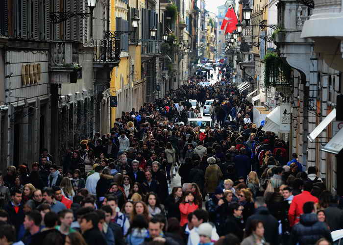 Рим. Италия.  Покупатели и туристы на торговых улицах Рима. Фото: Jeff J Mitchell/Getty Images