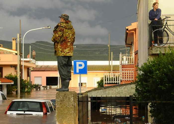 На популярном острове Сардиния из-за действия циклона «Клеопатра» был объявлен режим чрезвычайного положения. На остров обрушилась непогода. Фото: ALESSANDRA CHERGIA/AFP/Getty Images