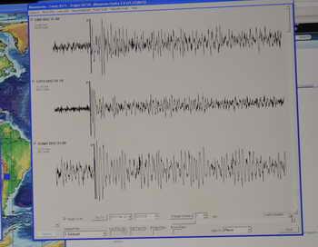 Землетрясение магнитудой 6,8 произошло 28 сентября в Пакистане. По данным геологической службы США, эпицентр толчков находился на глубине 14,8 км и на расстоянии 96 км от города Аваран. Данных о разрушениях и пострадавших пока нет. Фото: TED ALJIBE/AFP/Getty Images