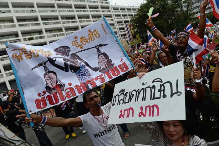 Уже несколько дней в Таиланде проходят массовые выступления граждан. Их участники требуют отставки правительства вместе с его главой Йинглак Чинават. Фото: CHRISTOPHE ARCHAMBAULT/AFP/Getty Images