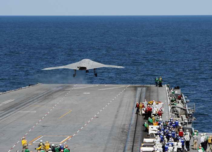 ВМС США в ходе испытаний впервые произвели посадку беспилотного летательного аппарата (БПЛА) Х-47В на палубу авианосца. Фото: U.S. Navy via Getty Images