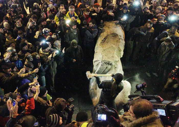 В Украине продолжают сносить памятники Ленину. Фото: ANATOLI BOIKO/AFP/Getty Images
