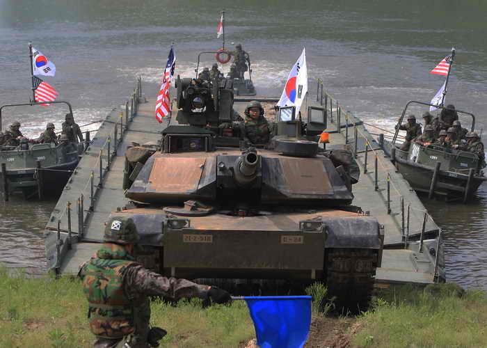 Южная Корея совместно с США начали новые военные учения. Фото: Chung Sung-Jun/Getty Images