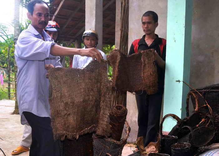 Два вьетнамца 40 лет скрывались в джунглях. Ручной инструмент и набедренные повязки сделаны из коры дерева, которые Хо Ван Тхань и его сын Хо Ван Ланг использовали при жизни в джунглях. Фото: STR/AFP/Getty Images