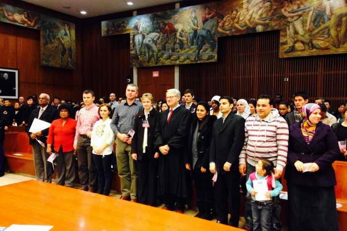 Районный судья Николас Гарауфис с новоиспечёнными гражданами США, Бруклин, Нью-Йорк, 14 февраля 2014 года. Фото: И Ян