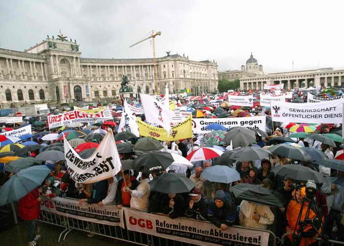 Демонстрации протеста учителей и учащихся прошли в городах Австрии. Фото: ATTILA KISBENEDEK/AFP/Getty Images