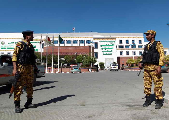 Йеменские силы безопасности стоят у больницы где находится сотрудник дипломатической миссии Японии. Фото: MOHAMMED HUWAIS/AFP/Getty Images