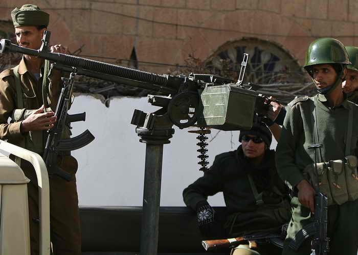 Граждан США призвали покинуть Йемен. Сотни единиц бронетехники находятся в столице страны для охраны президентского дворца, правительственных зданий и посольств западных стран. Фото: AHMAD GHARABLI/AFP/Getty Images