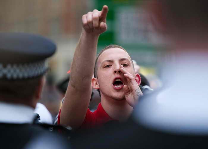 Более 160 человек задержали во время беспорядков в Лондоне. Несмотря на большое число арестов, акции прошли без серьёзных происшествий. Фото: LEON NEAL/AFP/Getty Images