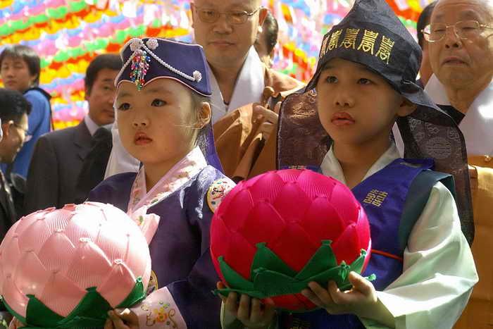 Один из самых красивейших праздников Кореи — Фестиваль лотосовых фонарей пройдёт в городе Чинчжу. Мероприятие проведут на реке Намган — здесь запустят несколько тысяч фонарей самой разной и причудливой формы и дизайна. Тысячи туристов и любителей съезжаются сюда, чтобы посмотреть на это эффектное и необычайно красивое зрелище. Фото: JUNG YEON-JE/AFP/Getty Images