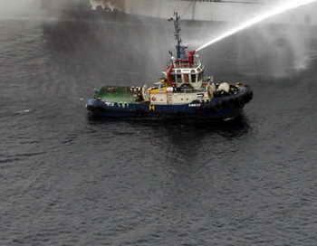 В Индии взорвалась подводная лодка российского производства. После взрыва на борту начался пожар, многие моряки смогли покинуть судно. Они нуждаются в медицинской помощи и отправлены в военно-морской госпиталь города. Фото: INDRANIL MUKHERJEE/AFP/Getty Images