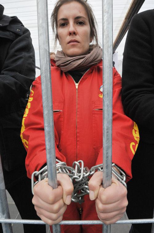 Акция, призывающая освободить арестованных в России активистов Гринпис группы «Арктика 30», прошла в Париже. Протестующие 31 октября 2013 года сделали импровизированную тюрьму и плакаты с фотографиями заключённых в тюрьму активистов. Фото: PIERRE ANDRIEU/AFP/Getty Images