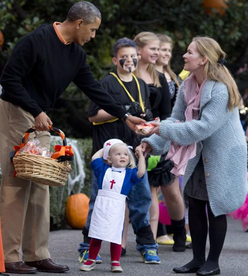 Президент США Барак Обама и первая леди Мишель Обама устроили приём для семей военнослужащих в день Хэллоуин у Белого дома 31 октября 2013 года. Фото: SAUL LOEB/AFP/Getty Images