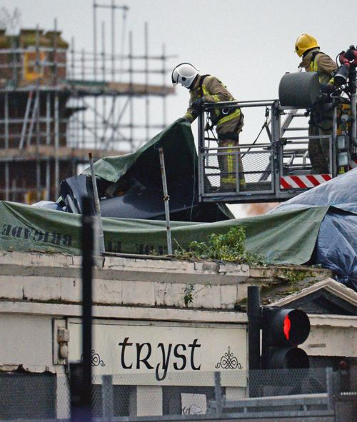 По последним данным полиции города Глазго, Шотландия, количество жертв крушения  вертолёта возросло до восьми человек 1 ноября 2013 года. Фото: Jeff J Mitchell/Getty Images