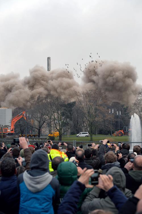 Небоскрёб высотой 116 метров после управляемого взрыва рухнул на глазах у многотысячной толпы утром 2 февраля 2014 года в немецком городе Франкфурт-на-Майне. Фото: Thomas Lohnes/Getty Images
