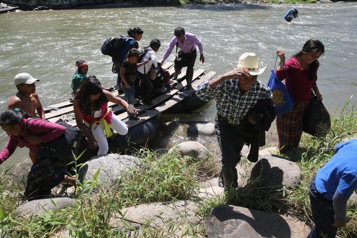 Иммигранты из Гватемалы переходят границу с Мексикой в районе города Талисман 1 августа 2013 года. Фото: John Moore/Getty Images
