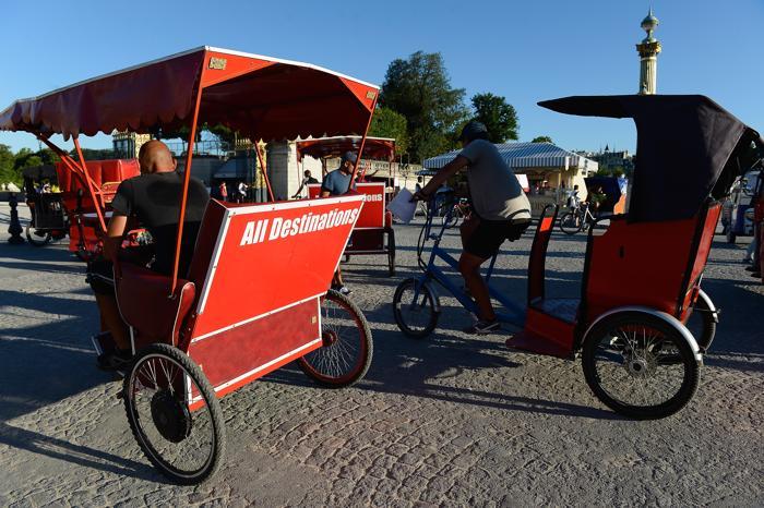 Несколько компаний в Париже предлагают туристам новый способ перемещения по городу — на вело-такси. 1 августа 2013 года. Фото: Pascal Le Segretain/Getty Images