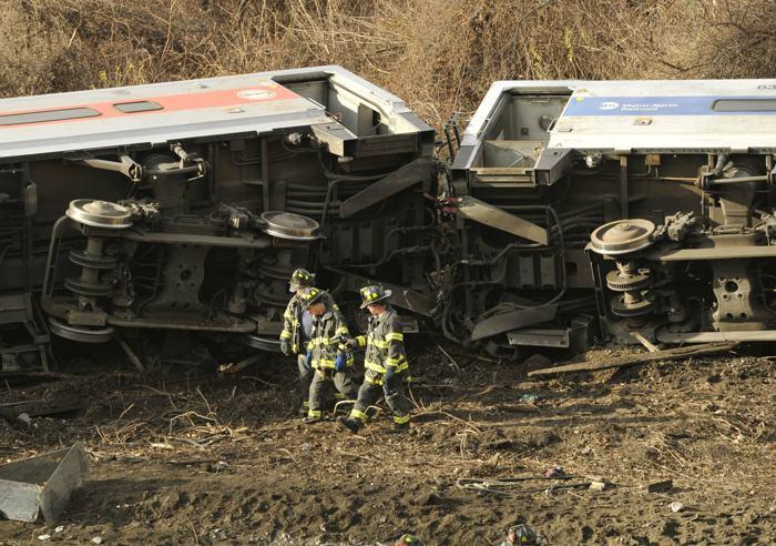 Поезд сошёл с рельсов 1 декабря в Бронксе (район Нью-Йорка), к северу от станции Spuyten Duyvil. Фото: TIMOTHY CLARY/AFP/Getty Images