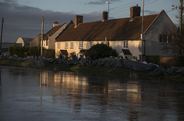 Высокие приливы в сочетании со штормовыми ветрами и проливными дождями привели к усилению наводнений в Великобритании, 2 февраля 2014 года.  Фото: Matt Cardy/Getty Images