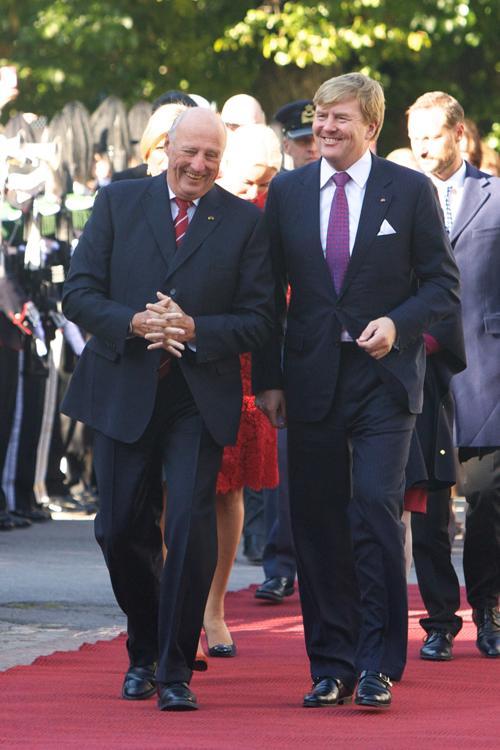 В Королевском дворце Осло короля Нидерландов Виллема-Александра и его супругу, королеву Максиму, встречали норвежские монархи, король Харальд V и королева Соня. Осло, 2 октября 2013 года. Фото: Ragnar Singsaas/Getty Images