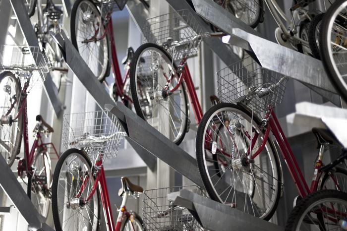 Система подземного паркинга для велосипедов решила в Токио проблему переполненности улиц популярным для японцев двухколёсным транспортом. Фото: Keith Tsuji/Getty Images