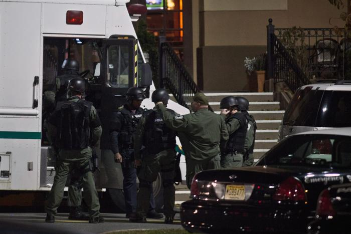 Полиция оцепила здание торгового центра города Парамуса, где была стрельба 5 ноября 2013 года,   и продолжает расследование. Фото: Kena Betancur/Getty Images