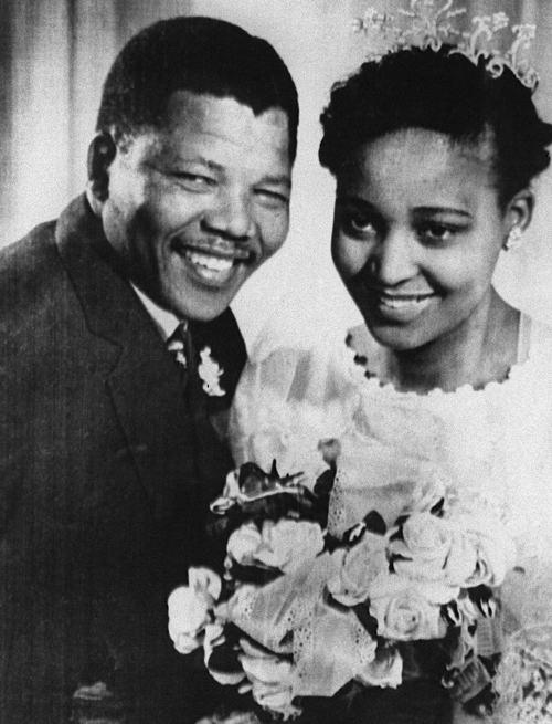 Нельсон Мандела с женой Винни во время их свадьбы, 1957 год. Фото: OFF/AFP/Getty Images