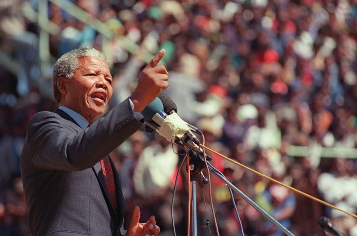 Нельсон Мандела 20 сентября 1990 года выступает перед народом после беспорядков в Соуэто. Фото: ALEXANDER JOE/AFP/Getty Images